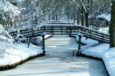 #Giethoorn, het #Venetie van #Nederland door haar bruggetjes, waterwegen en bootjes! De enige doorgaande weg in het dorp is een fiets- en wandelpad. Het meeste verkeer vindt plaats op het water! #sneeuw #winter #brug #travelbird