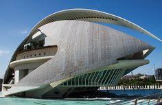 Ciudad de las Artes,Valencia España, El conjunto de edificios que conforman el complejo se extiende a lo largo de unos dos kilómetros, con un predominio absoluto del color blanco y con extensos estanques a modo de láminas de agua que le confieren un color y un brillo especial con el reflejo de la luz del sol.