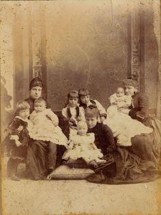 La infanta Paz con sus dos hijos Fernando y Adalberto, las infantitas Mª Teresa y Mª Mercedes, La reina Mª Cristina y el Rey Alfonso XIII y por último la infanta Paz con su hijo Alfonso.