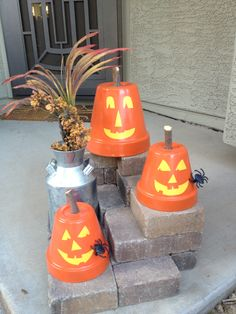 Terra Cotta Pot Pumpkins a great craft for the kids! Spray paint pot, cut out face from yellow craft paper and use Mod Podge to adhere. Fun Halloween decoration!