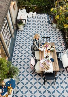 Tile floor statement kamar atas sederhana A Blush and Blue Patio Holiday Party - Emily Henderson