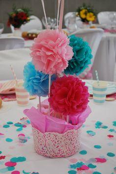 Centro de pompones de papel seda y confeti para la mesa infantil.
