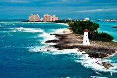 Nassau, Bahamas ...  O mais movimentado porto de cruzeiros do Caribe é Nassau, nas Bahamas, que fica entre os 10 mais acessados do mundo. A cidade é mundialmente conhecida pelas belezas naturais, mas também atrai pela arquitetura colonial, construções coloridas e vida noturna animada.