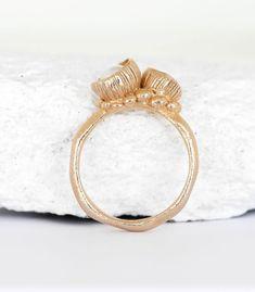 Der Ring ist in Bronze gearbeitet und mit zwei kleinen Blütenkelchen, die mit Süßwasserperlen bestückt sind, gefüllt. Dieser Ring ist frei entwickelt und die Blütenkelche sind durch die Natur inspiriert. Es ist ein handgefertigtes Einzelstück und mit sehr viel Liebe zum Detail erstellt. Die Ringschiene hat eine organische Form und auf dieser sitzen die 2 Blütenkelche. #handwerk #manufaktur #handgefertigt #einzigartig #boho #bohoschmuck #perle #blüte #naturschmuck #perlenschmuck…