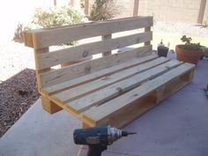 Jednoduchý obrázkový návod a inšpirácia, ako vyrobiť z jednej palety peknú lavičku. Paletu stačí prerezať, priskrutkovať k sebe, doplniť drevené nožičky, starý sedák a lavička je hotová. Ak hľadáte nejakú lacnú sedačku...