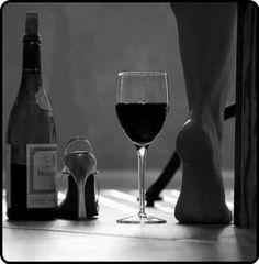 In vino veritas. Film Noir Fotografie, White Wine, Red Wine, Foto Top, Wine Photography, Boudoir Photography, Woman Wine, Wine Art, In Vino Veritas