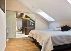 De Ideale Zolderkamer : Weiße wände und holz sowie platzsparende möbel fürs interieur