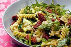 Italienischer Nudelsalat mit Rucola, getrockneten Tomaten und Honig-Senf-Dressing