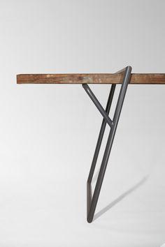 Quadra wird genau zu dem Tisch, den der Benutzer möchte. Die Stahlrahmen von Luis Arrivillaga sind so konstruiert, dass sie sich an der jeweiligen Tischplatte selbst fixieren. Dabei können untersch...
