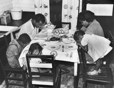 African American Sunday Dinner Images We Adore – Black Southern Belle Women In History, Black History, Vintage Photographs, Vintage Photos, African American Food, American Photo, American Revolutionary War, Civil War Photos, Black Families