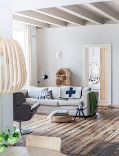 Scandinavische woonkamer met hout | Scandinavian living room with wood | Photographer Margriet Hoekstra | Styling Barbara Natzijl | vtwonen October 2013