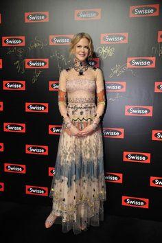 Zeitlos schön: Nicole Kidman im viktorianischen Stil. Die Schauspielerin trägt ein bodenlanges Kleid im verspielten Nude-Look von…