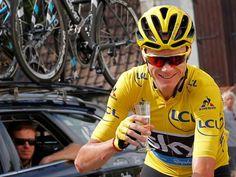 AP Photo: ARCHIVO - En esta foto de archivo del 24 de julio de 2016, el ciclista británico Chris Froome, vistiendo el jersey amarillo de líder, celebra con una copa de champaña durante la vigésimo primera etapa del Tour de Francia en París. La tenista checa Petra Kvitova, los ciclistas británicos Bradley Wiggins y Froome, y el lanzador de disco alemán Robert Harting — todos participantes en los Juegos Olímpicos Río 2016 del mes pasado — reaccionaron con sarcasmo y bromas a la infiltración de…