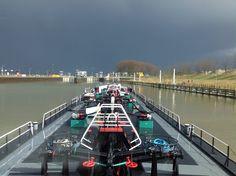 Met geladen binnenvaart tanker wachten voor sluis belfeld, opweg naar roermond