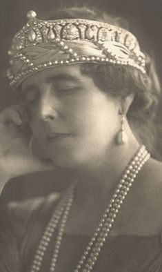 Diamond and Pearl tiara Romania. Queen Marie of Romania, nee Princess Marie of the United Kingdom. A dazzling beauty with brains and courage. She saved Romania after WWI, thanks to her determined campaigning for her husband's country. Royal Crown Jewels, Royal Crowns, Royal Tiaras, Royal Jewelry, Tiaras And Crowns, Fine Jewelry, Circlet, Royal House, Kaiser