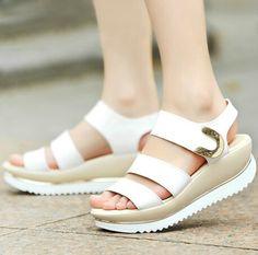 """Aposto que a maioria de vocês NÃO GOSTA das sandálias acima. Acertei? Esse modelo é chamado flatform (uma plataforma reta, """"flat""""). Vira e mexe ele volta a ser tendência, e eu sempre vejo muita gente dizendo que é a coisa mais horrorosa do mundo. Só que, no verão que já já tá aí, as flatforms …"""
