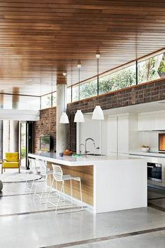 On our portal you can find numerous articles about kitchen designs. Here, for example, we will show interesting designs from farmhouse kitchen. Feng Shui, Clerestory Windows, Mid Century Modern Kitchen, Cuisines Design, Mid Century House, Decorating Blogs, Interior Design Kitchen, Home Kitchens, Building A House