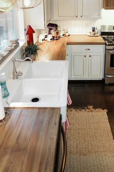 Kitchen sinks are a key element of great kitchen design from a practical and design standpoint. Find ideas from 70 Pretty Kitchen Sink Decor Ideas and Remodel. Diy Wood Counters, Diy Countertops, Countertop Materials, Country Countertops, Countertop Types, Kitchen Sink Decor, Farmhouse Kitchen Decor, Farmhouse Style, Kitchen Ideas