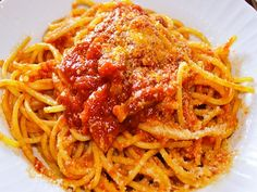 La preparazione degli Spaghetti alla Amatriciana senza varianti tipo aglio incamiciato , cipolla e pancetta
