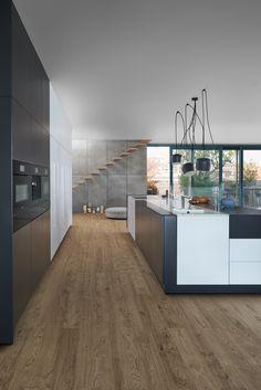 Küche mit Holzboden, schlichte Küche, Design, Parkettboden, Parkett, Küche, Holz, Kochinsel, Bodenbelag, Bild, Idee  Foto: Leicht Küchen