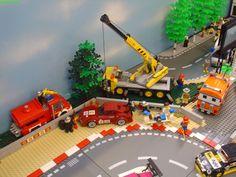 This Lego diorama puts the official theme to shame Lego Crane, City Layout, Lego Kits, Lego Speed Champions, Lego Projects, Custom Lego, Lego Moc, Lego Building, Lego Creations