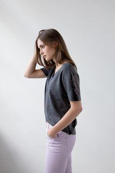 T-Shirt mit Pailletten  Das graue Shirt trägt sich nicht nur ausgesprochen bequem, es lässt sich auch ganz einfach und entspannt nähen. Der Paillettenstoff am Rücken gibt dem T-Shirt einen extravaganten Look.