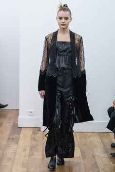 See the complete Noir Kei Ninomiya Fall 2017 Ready-to-Wear collection.