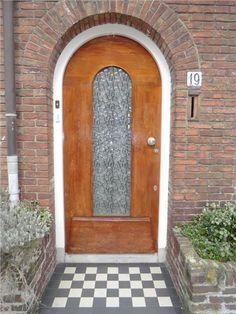 Jaren30woningen.nl | #Jaren30 voordeur met kenmerkend stoepje van dubbel hardgebakken tegeltjes