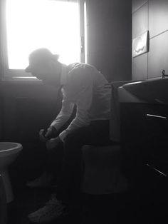 """Gianluigi Miani nasce a Roma il 20 febbraio 1980. Dopo i primi anni universitari in lingue e letterature straniere nella Perugia """"degli stranieri"""" (1999-2002), si trasferisce in California - Los Angeles e poi San Francisco - dove consegue il titolo di AA Degree in """"Sceneggiatura e Regia cinematografica"""" presso l'Accademia dell'Arte oltre che una qualifica come traduttore poi riconosciuto dall'AITI (Associazioni italiana ed interpreti). Tornato in Italia nel 2005, si diploma in """"Aiuto regia""""…"""