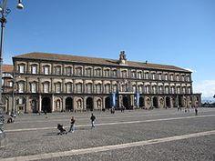 Palazzo Reale Palazzo Reale di Napoli è una delle quattro residenze usate dalla casa reale dei Borbone di Napoli durante il Regno delle Due Sicilie; le altre tre sono lareggia di Capodimonte sita a nord del centro storico, la reggia di Caserta e lareggia di Portici alle pendici del Vesuvio. Di dimensioni notevoli, il palazzo si affaccia maestoso sull'area monumentale di piazza del Plebiscito ed è circondato da altri importanti e imponenti edifici quali il palazzo Salerno, la basilica di san…