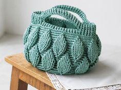 丸みのあるフォルムがおしゃれな「リーフ模様のバッグ」作り方|ぬくもり Crochet Tote, Knitted Bags, Mini Bag, Purses And Bags, Baby Shoes, Crochet Patterns, Pouch, Tote Bag, Sewing