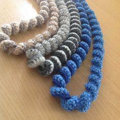 Tutorial per collane ricciolo - crocheted necklace - Italian tutorial Diy Crafts Crochet, Cute Crochet, Bead Crafts, Jewelry Crafts, Crochet Projects, Crochet Stitches, Crochet Patterns, Knitted Necklace, Crochet Decoration