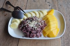 Black mango sticky rice with banana. New variations of the typical dessert. Mango Sticky Rice, Food Travel, Acai Bowl, Thailand, Banana, Website, Breakfast, Desserts, Black