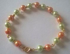 Parure bracelet et boucles d'oreille en perles nacré vert pistache et marron clair, monture doré. : Parure par gwen5927