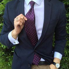 frischer kontrast blauer anzug mit wei em hemd rosa. Black Bedroom Furniture Sets. Home Design Ideas