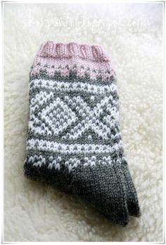 Knitting Socks, Knitted Hats, Yarn Crafts, Diy And Crafts, Fair Isles, Knit Or Crochet, Mitten Gloves, Knitting Patterns, Beanie