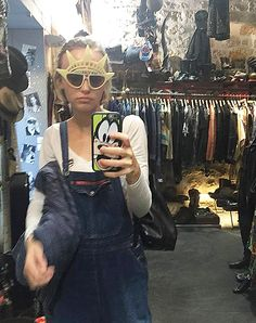 Lily with two nice accessories: the frame of the sunglasses with the head of the Statue of Liberty and Goofy on her smartphone case, year 2015 Lily Rose Depp Style, Lily Rose Melody Depp, Vanessa Paradis, Johnny Depp, Lys Rose, Lily Depp, Carlson Young, Love Lily, Doja Cat
