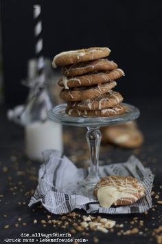 Cookies mit weißer Schokolade und Haselnusscrunch Pastry And Bakery, Bakery Recipes, Cereal, Breakfast, Sweet, Christmas, Food, Tattoos, White Chocolate