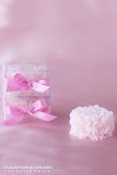 Provence da linha Flor de Cerejeira. Possui essência de Bulhões Flower, Flor de Cerejeira e Ambience. Com extrato de Gérmen de Trigo, manteiga de Karité e óleo de Pamiste.