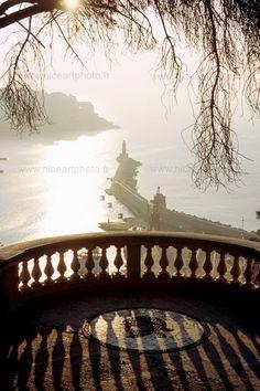 Vue depuis le balcon du château de Nice qui surplombe la digue du port