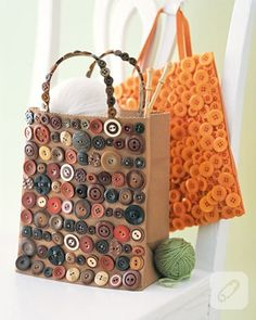 DIY bag buttons craft, canvas tote bags look out, buttons are a coming. Diy Buttons, Vintage Buttons, Buttons Ideas, Button Art, Button Crafts, Sewing Crafts, Sewing Projects, Craft Projects, Tote Bags Handmade