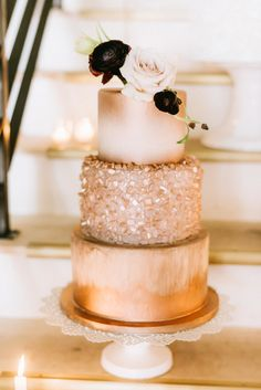 The little details like the wedding cake that can make all the difference. Check out these copper wedding cakes the styles to note now for the season. Copper Wedding Cake, Metallic Wedding Cakes, Wedding Cake Photos, White Wedding Cakes, Gold Wedding, Metallic Cake, Crystal Wedding, Wedding Themes, Pretty Cakes