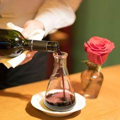 O cuidado do maître no @pervoigramado #Gramado #RS com as bebidas é tão grande que ele faz questão de decantar os vinhos servidos (transferindo da garrafa original para um #decanter de vidro) este ato permite que o #vinho respire e ajuda na libertação total dos aromas e sabores contidos na garrafa. O vinho da foto é o premiado Rastros do Pampa #Tannat produzido pela vinícola #Guatambu (da qual nos tornamos fãs depois desta noite). Contamos tudo aqui: http://bit.ly/pervoigramado…