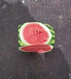 Wilfredo Prieto. Políticamente correcto, 2009. Sandía cortada en forma de cubo.