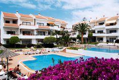 De 3-sterren appartementen Cristian Sur zijn trapsgewijs gebouwd en liggen rondom de twee grote zwembaden, waaraan u kunt ontspannen op het zonneterras. In het complex is er een apart kinderbad aanwezig.   Eten en drinken kunt in de bar/cafetaria en bij ontbijt en halfpension worden de maaltijden gebruikt in het nabijgelegen hotel Tenerife Sur.   Het gezellige centrum van Los Cristianos is gelegen op ca. 500 m, het strand ligt op ca. 700 m afstand van het complex.  Officiële categorie ***