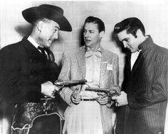 December 15, 1956        Elvis Presley y Horace Logan (Director del Louisiana Hayride)  con el DJ  Ed Hamilton (en el centro) backstage de...