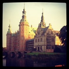 melusen #frederiksborg #slot #fredericsborg #castle #home #at #my #mom's #friend #she #live #in #the #castle #it's #so #cool #love #it #sun #water #grases #beautyfull #OMG