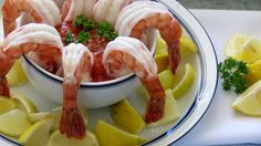 Shrimp cocktail recipe with ketchup, horseradish and lemon juice. How to make shrimp cocktail. Great Appetizers, Appetizer Recipes, Dessert Recipes, Desserts, How To Make Shrimp, Good Food, Yummy Food, Party Finger Foods, Fish And Seafood