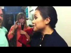 Lea Salonga sings Whole New World to a child, a shy fan :-)