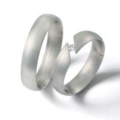 Delicadas argollas en oro blanco satinado con un sencillo detalle demarcado con un diamante Amalfi, Couple Rings, Wedding Bands, Jewerly, Engagement Rings, Wedding Ideas, Weddings, Watch, Jewels